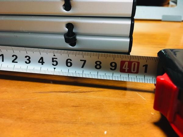 キャプテンスタッグのアルミローテーブルの横の長さを測った写真
