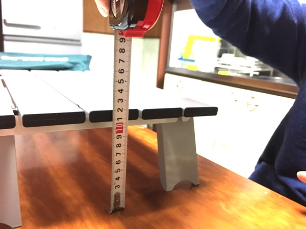 キャプテンスタッグのアルミローテーブルの高さを測った写真