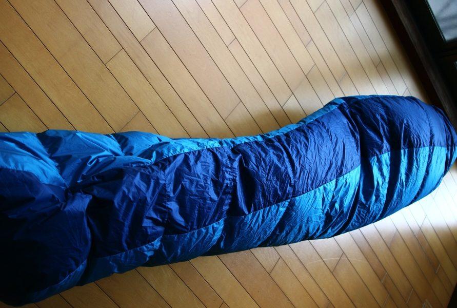 ナンガのオーロラライト600DX 寝袋を縦に折った写真