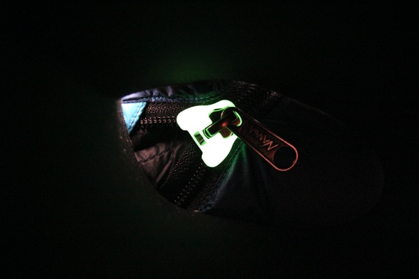 ナンガのオーロラライト600DX ファスナーの蓄光機能