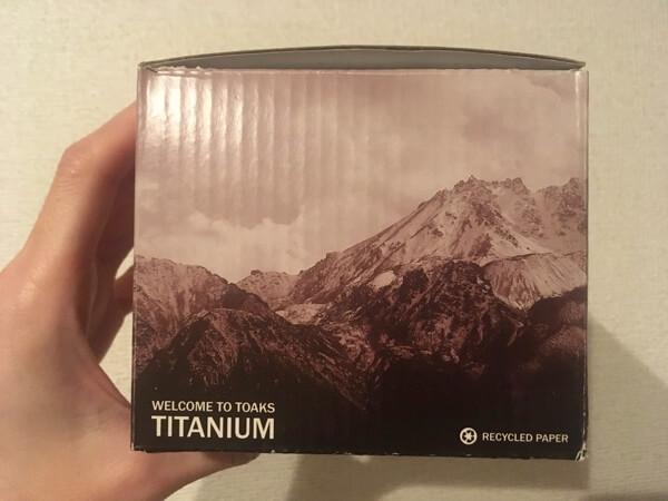 TOAKSのライトチタニウム550mlの化粧箱の写真