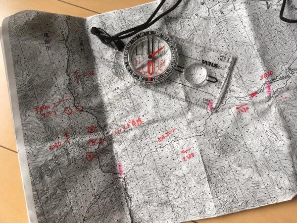 地形図とコンパスの写真